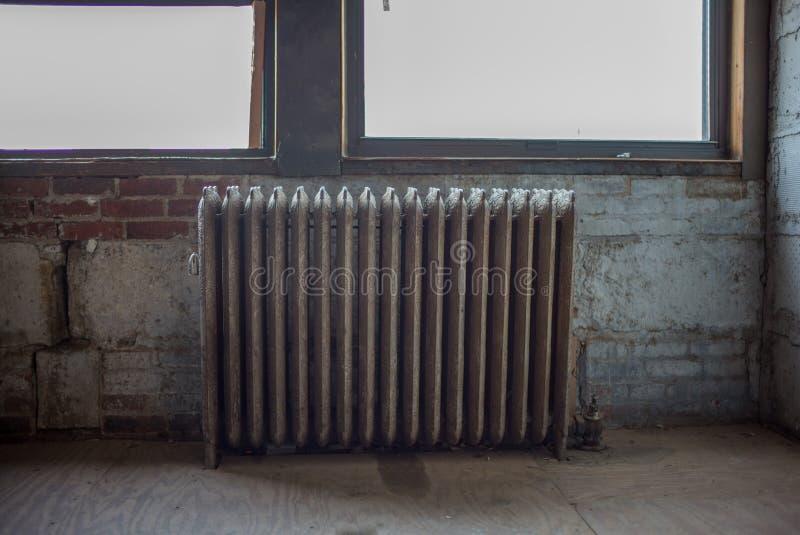 Alte Heizkörper alter heizkörper im dachbodengebäude stockbild bild