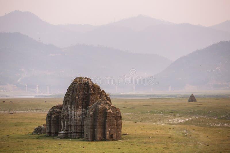 Alter hindischer Tempel im Bett von Gobind Sagar Lake in Bilaspur, Himachal Pradesh lizenzfreie stockfotos