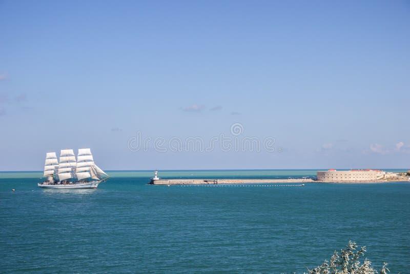 Alter historischer Großsegler mit weißen Segeln im blauen Meer Russland lizenzfreie stockfotografie