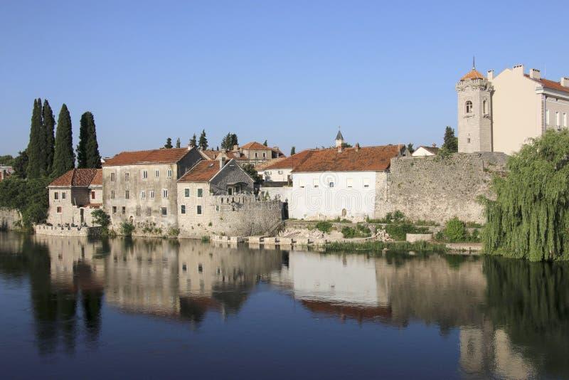 Alter historischer Stadtteil Trebinje der schönen Ansicht und Trebisnjica-Fluss, Trebinje, Bosnien und Herzegowina stockbild