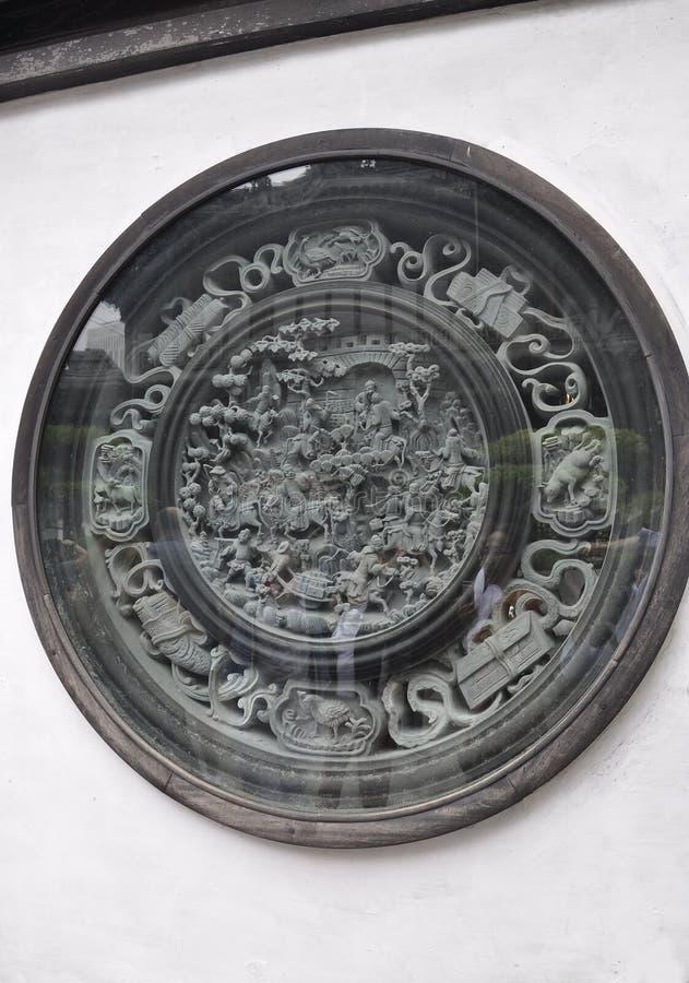 Alter historischer Stein, der Entlastung unter Glas auf der Wand von Yu-Garten auf Stadtzentrum von Shanghai schnitzt lizenzfreies stockfoto