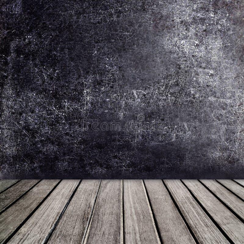 Alter Holztisch vor schwarzer Tafelweinlesewand Blac stockfotos