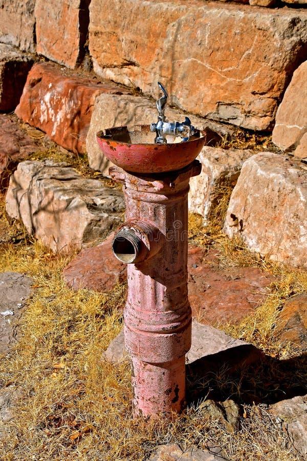 Alter Hydrant wird ein Trinkbrunnen lizenzfreies stockbild