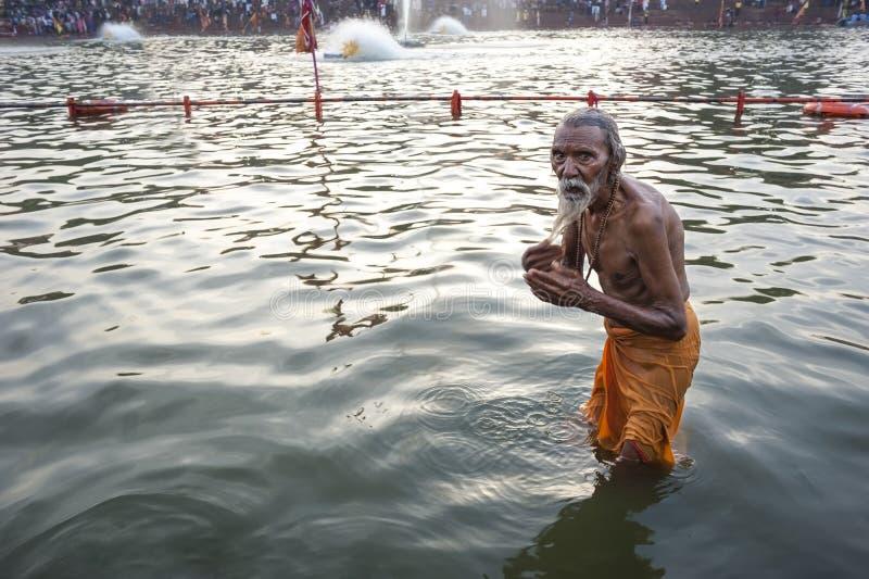 Alter indischer badender Mann stockbild