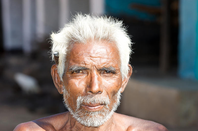 Alter indischer Stammes- Mann mit Zigarre stockfotos