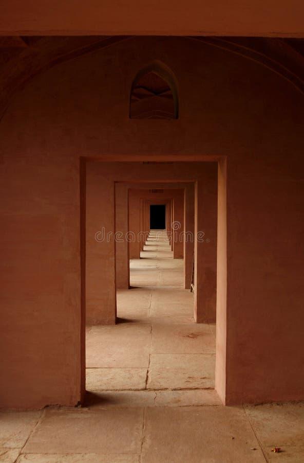 Alter indischer Tempel mit ihm ist Labyrinth der Tür stockfotografie