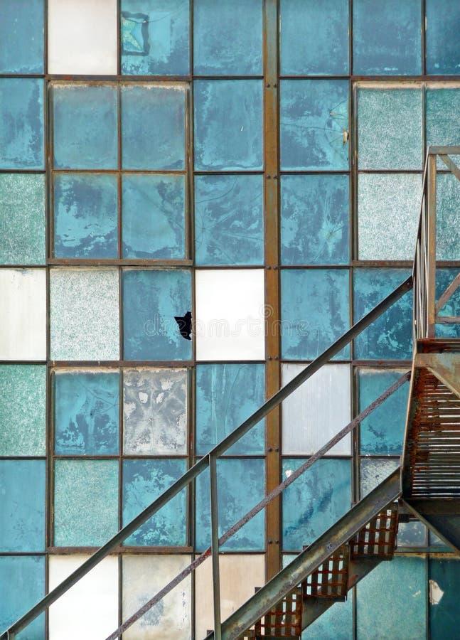 Alter industrieller Fenster- und Feuerentweichenauszug stockbild