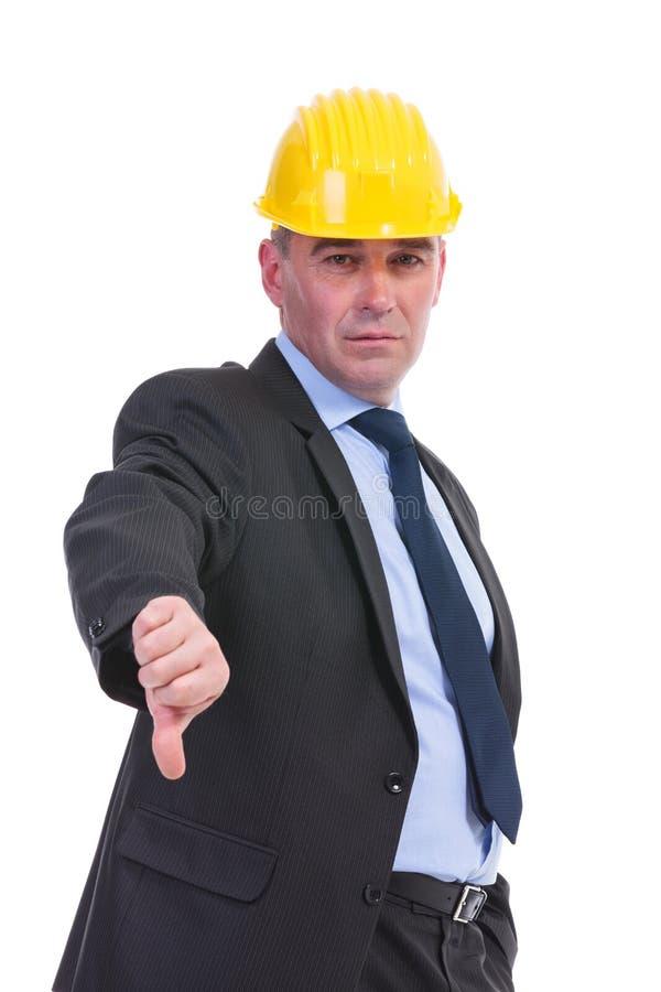 Alter Ingenieur zeigt Daumen unten stockbilder