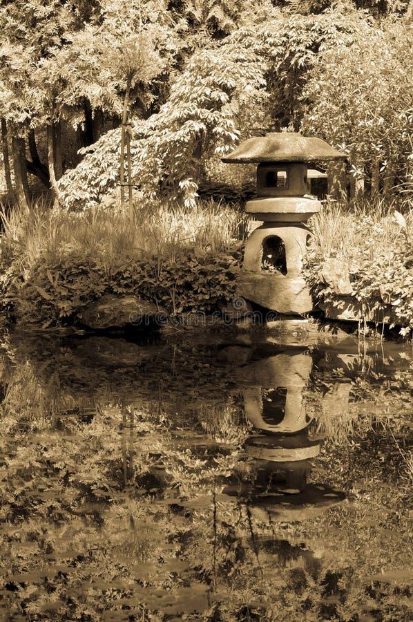 Alter japanischer Garten im Sepia stockfoto