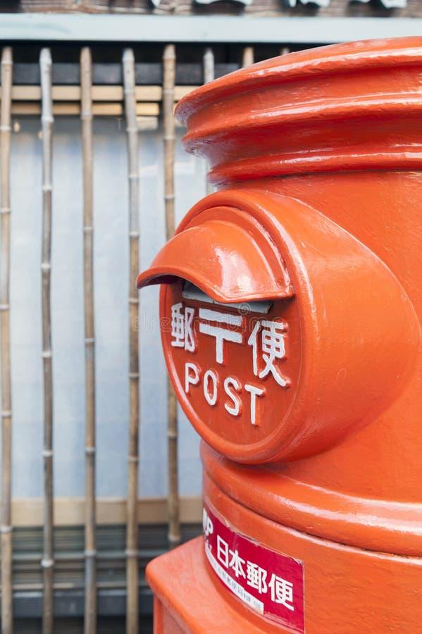 Alter japanischer Postbox steht neben einer Straße im Dorf der heißen Quelle von Arima Onsen in Kobe, Japan lizenzfreie stockbilder