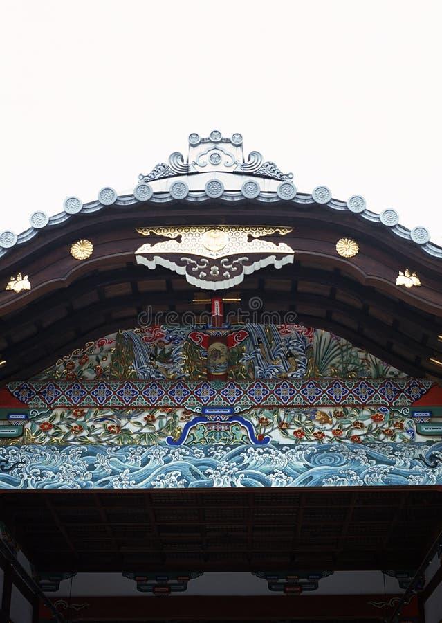 Alter japanischer Schrein- oder Pagodeneingang mit hölzernem Dachdekorationshintergrund lizenzfreie stockfotos