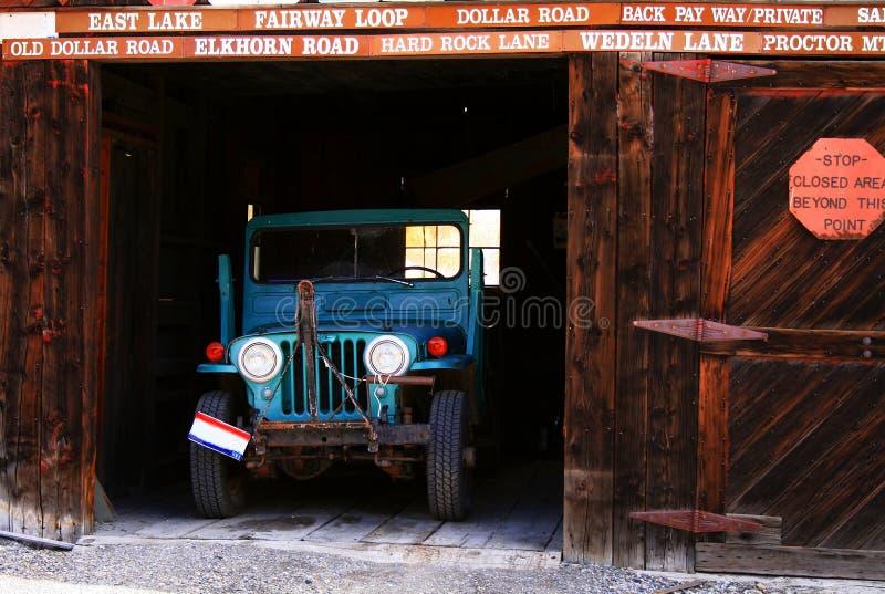 Alter Jeep in der Geisterstadt-Garage lizenzfreies stockfoto