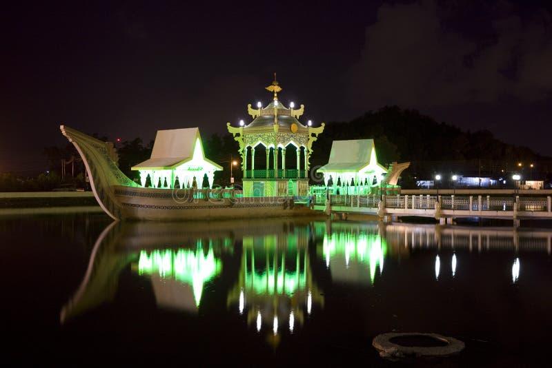 Alter königlicher Lastkahn nachts, Brunei lizenzfreie stockfotografie