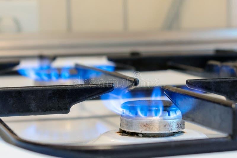 Alter Küchenofenkoch mit dem Brennen der blauen Flammen Mögliche Durchsickern- und Gasvergiftung Haushaltsgasherd Im Küchenraum lizenzfreies stockfoto