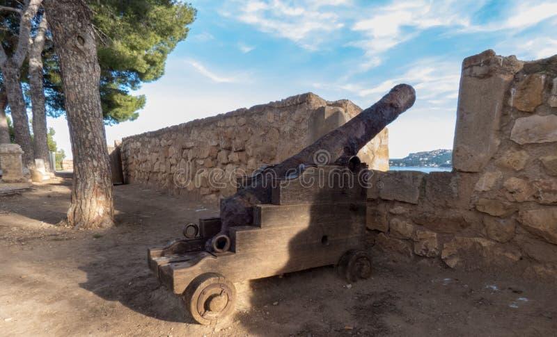 Alter Kanon auf der Schlosswand in Denia, Spanien stockbild
