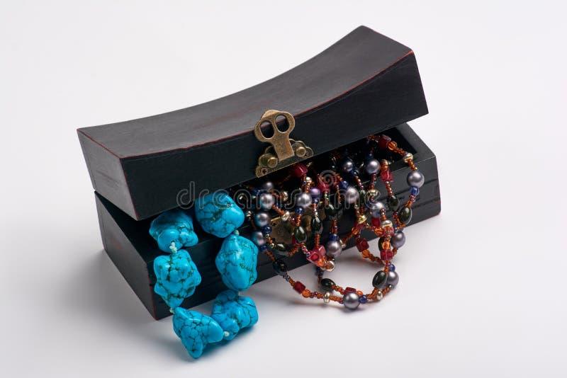 Alter Kasten des Schmucks und blaue Perlenhalskette stockbilder