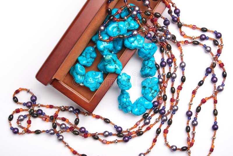 Alter Kasten des Schmucks und blaue Perlenhalskette Getrennt auf einem weißen Hintergrund lizenzfreies stockbild