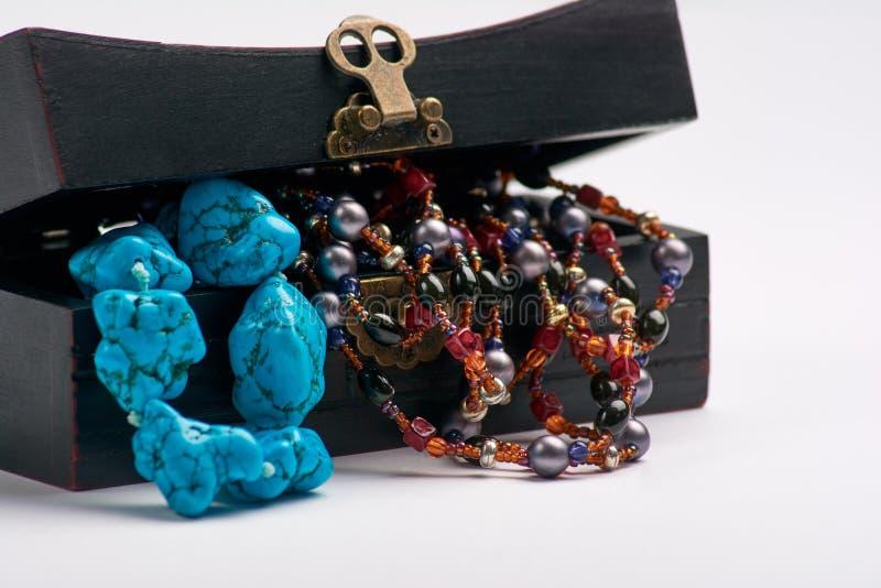 Alter Kasten des Schmucks und blaue Perlenhalskette Getrennt auf einem weißen Hintergrund stockfotos