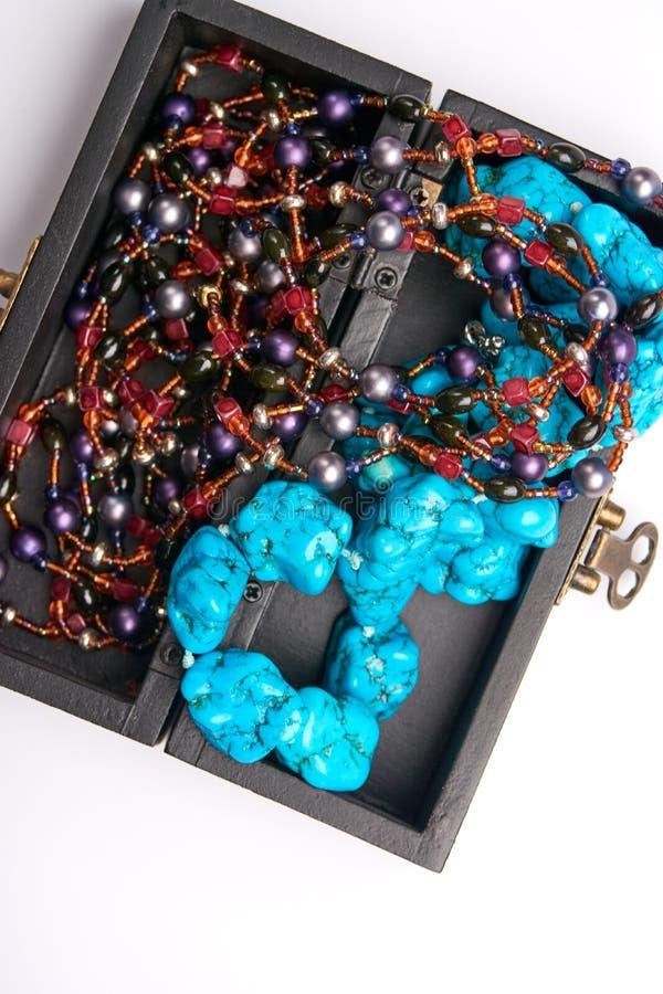 Alter Kasten des Schmucks und blaue Perlenhalskette Getrennt auf einem weißen Hintergrund stockbilder