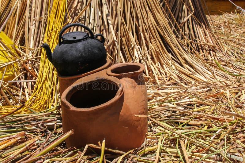 Alter keramischer Laderaum auf sich hin- und herbewegender Insel auf Titicaca-See stockbilder