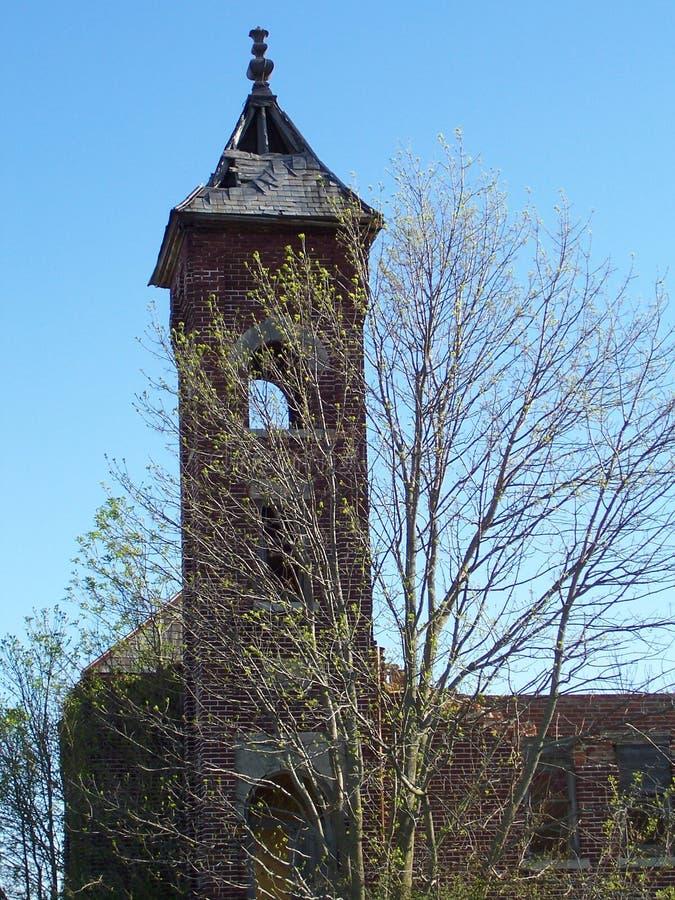 Alter Kirchenkirchturm setzen im Frühjahr Zeit fest lizenzfreie stockfotografie