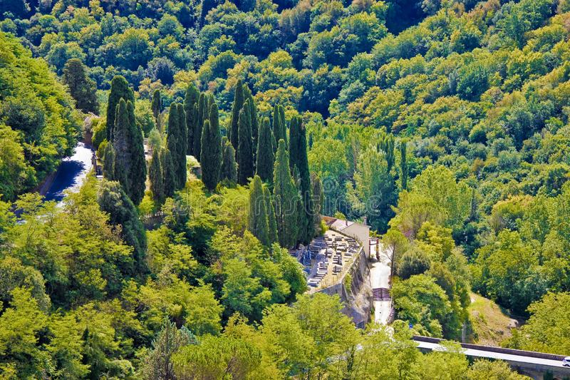 Alter Kirchhof in einem italienischen Tal Pitigliano - Italien - Toskana lizenzfreies stockfoto