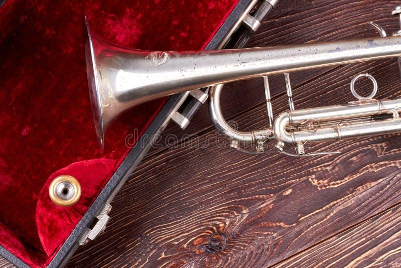 Alter klassischer Trompeten- und Samtkasten stockbilder