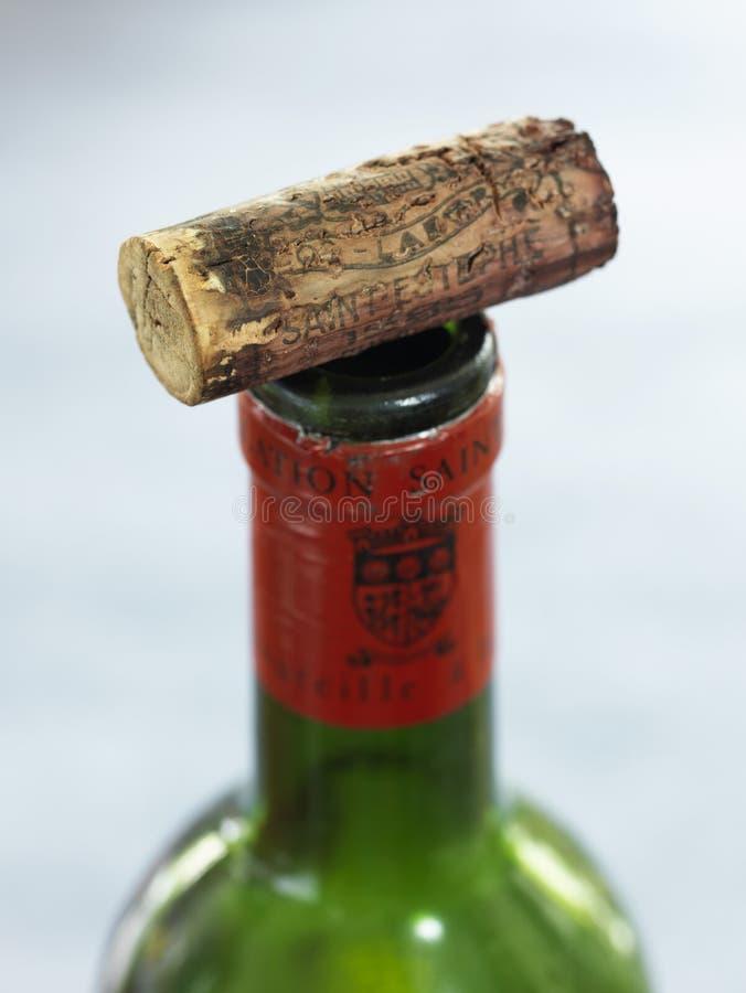 Alter Korken auf einer Flasche Weinlesewein lizenzfreie stockfotos
