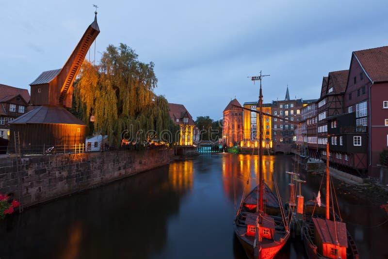 Alter Kran und Hafen von Lueneburg nachts stockfotos