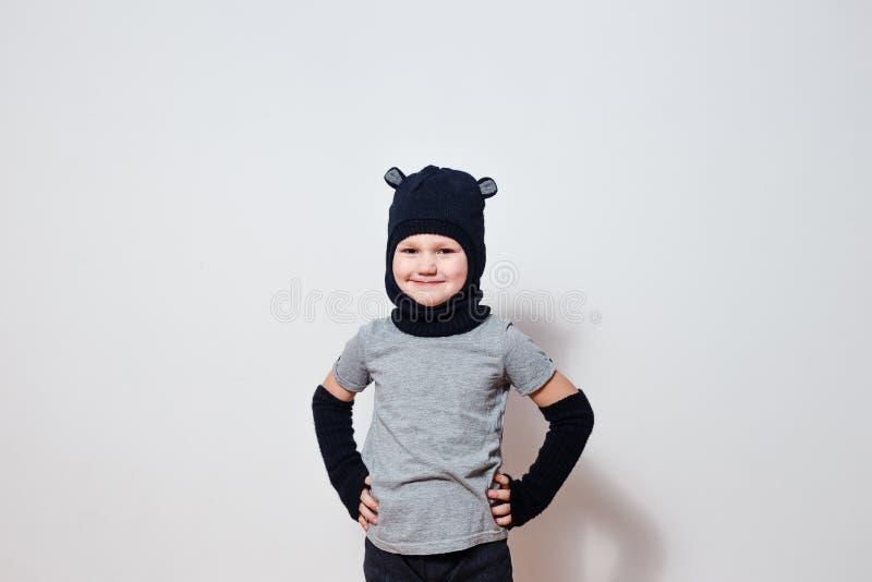 Alter lächelnder Fünfjahresjunge im Sturzhelm des schwarzen Hutes stockfotos