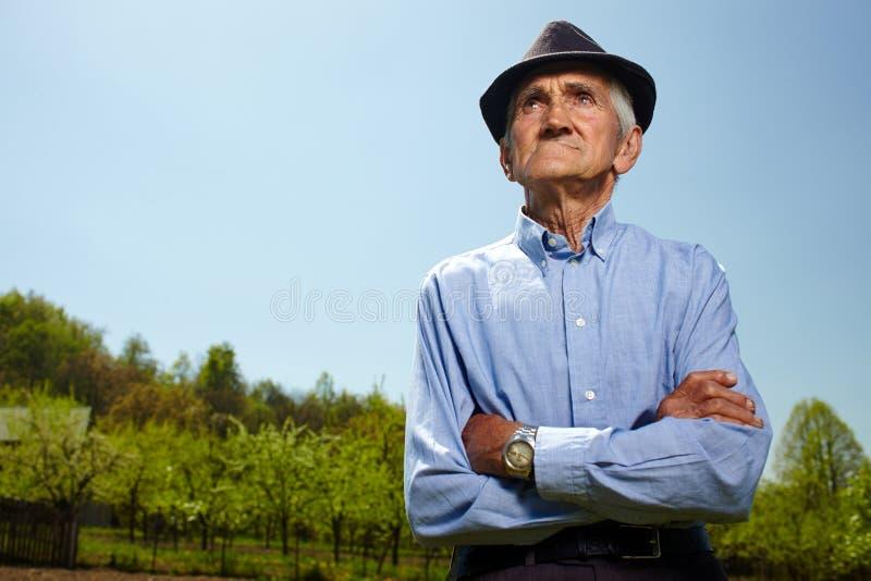 Alter Landwirt im Freien lizenzfreie stockfotografie