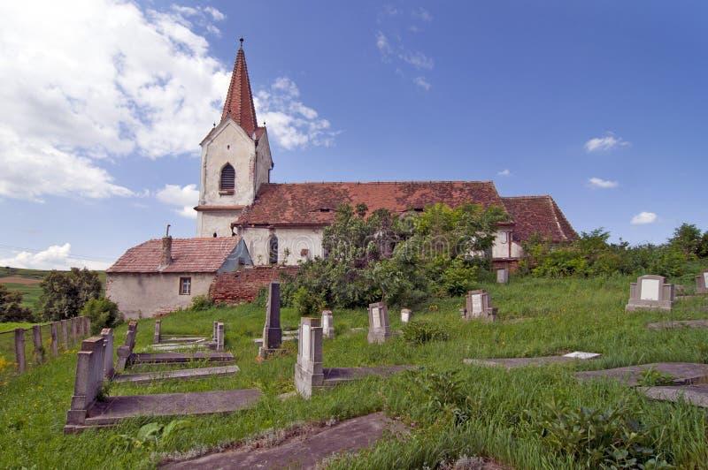 Alter landwirtschaftlicher Kirchhof mit Kirche stockbilder