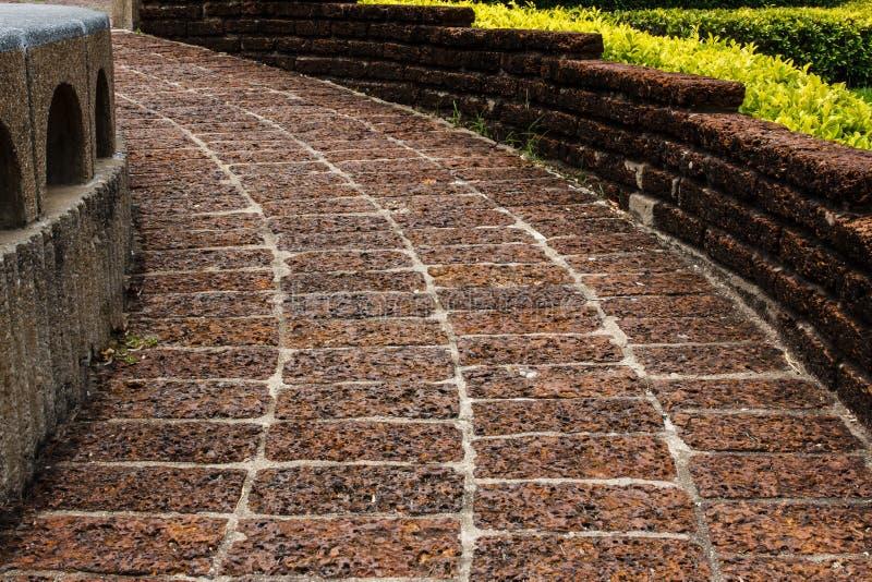 Fußboden Aus Alten Ziegeln ~ Alter lateriteboden mit ziegeln gedeckte pflasterung stockfoto
