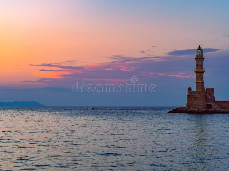 Alter Leuchtturm bei Sonnenuntergang - Chania, Griechenland stockbilder