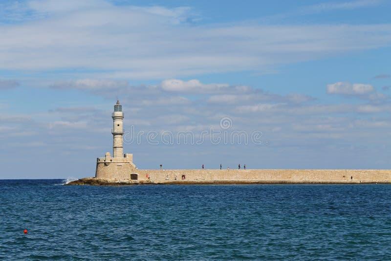 Alter Leuchtturm durch das Meer lizenzfreies stockfoto