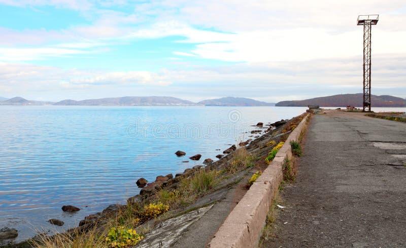 Alter Liegeplatz in einer Bucht auf Kamchatka stockbilder