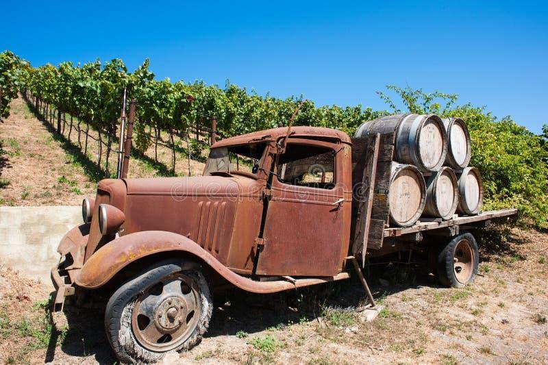 Alter LKW in einem Mendocino-Traubenweinberg stockfotografie