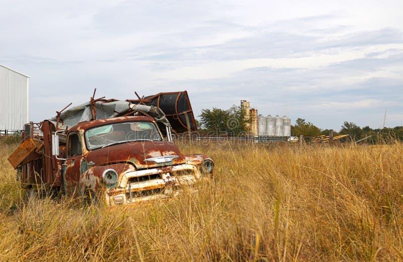 Alter LKW gefüllt mit Kram stockfotos