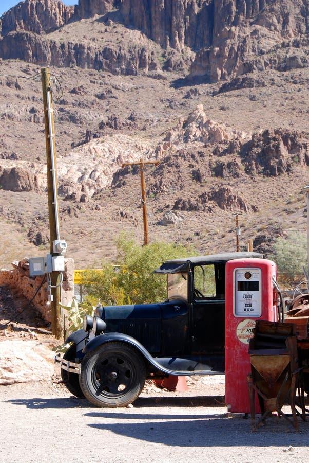 Alter LKW und Tanksäule stockbilder