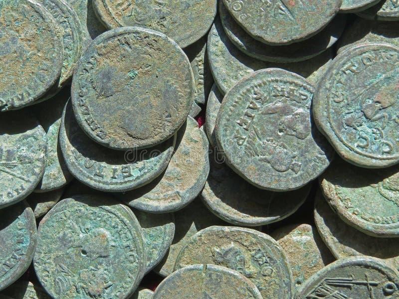 Alter Münzenschatz Gestempeltes kupfernes rundes Geld lizenzfreies stockfoto