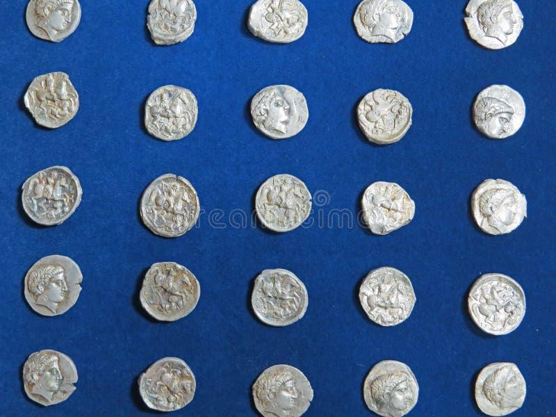 Alter Münzenschatz Gestempeltes silbernes rundes Geld stockfotos