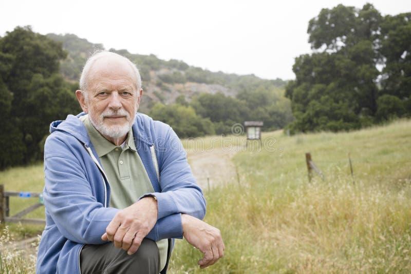 Alter Mann auf einer Spur stockfoto