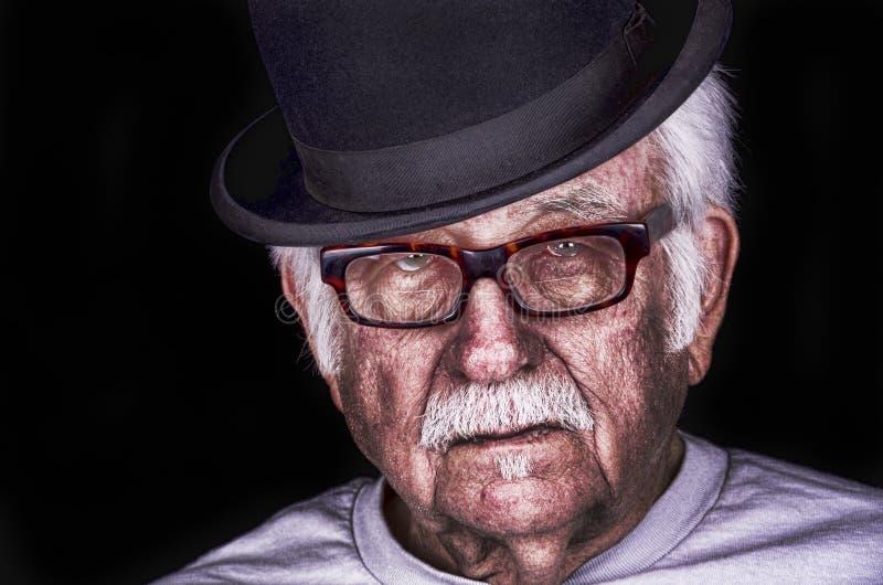 Alter Mann auf schwarzem Hintergrund stockfotos