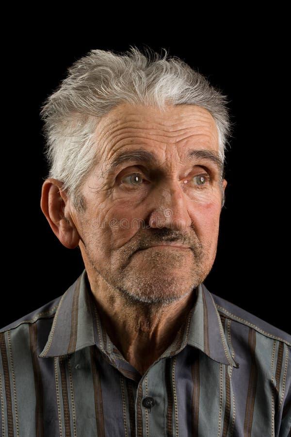 Alter Mann auf schwarzem Hintergrund stockfoto