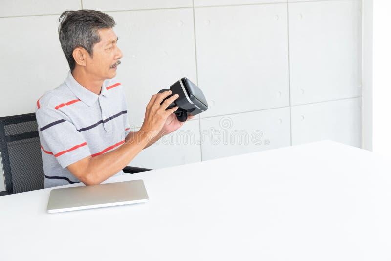 Alter Mann in den vr Wirklichkeitsgl?sern virtueller Realit?t stockbild