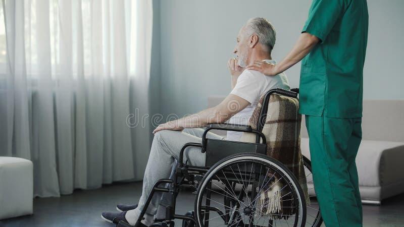 Alter Mann, der auf Wiederaufnahme in Gesundheitszentrum nach ernster Dornverletzung liegt stockbild