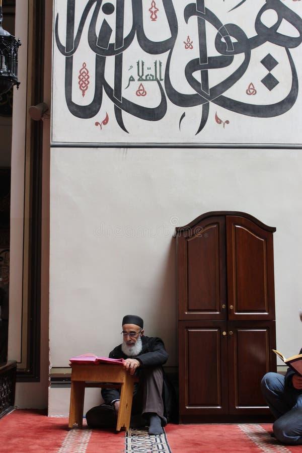 Alter Mann, der den Quran liest lizenzfreie stockfotografie
