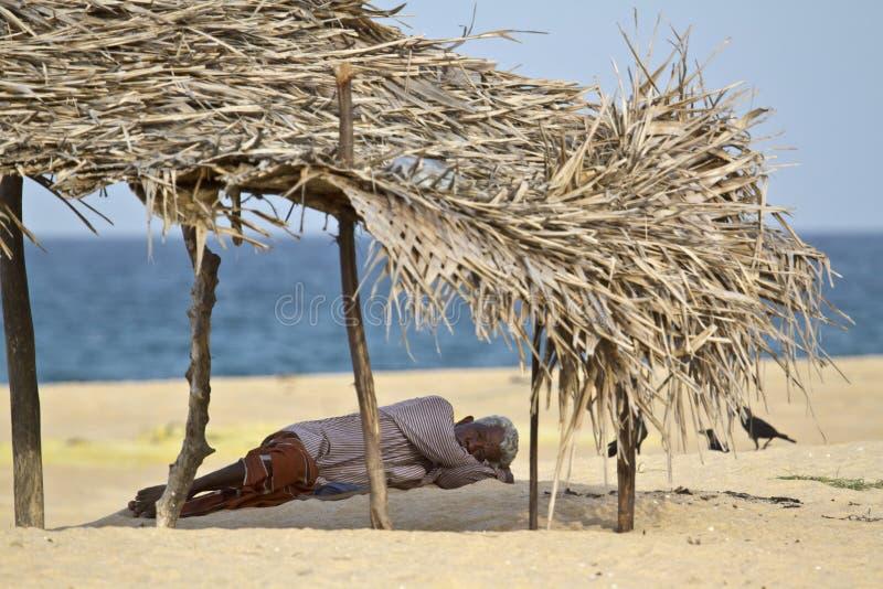 Alter Mann, der im Schatten im Strand, Batticaloa, Sri Lanka stillsteht lizenzfreies stockfoto