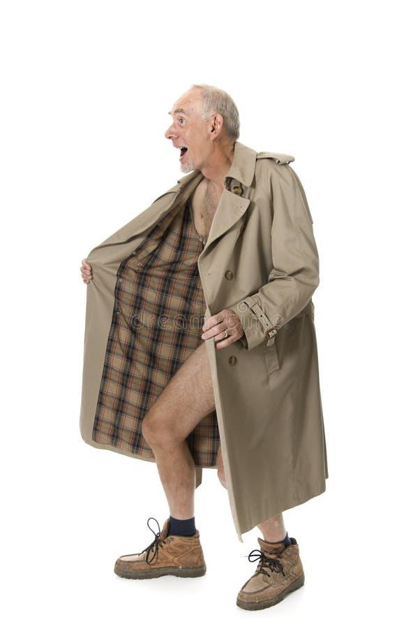 Alter Mann, der mit Regenmantel blinkt lizenzfreie stockfotografie