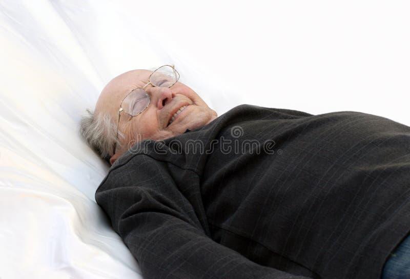 Alter Mann im Bett lizenzfreies stockbild